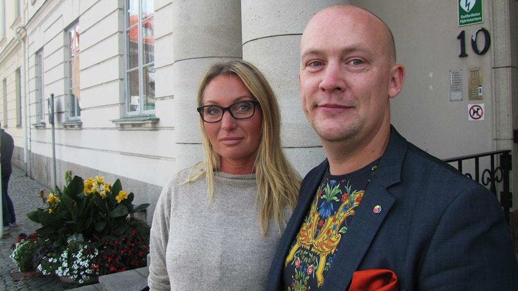 Jenny Andersson och Andreas Saleskog framför Karlshamns kommuns rådhus.