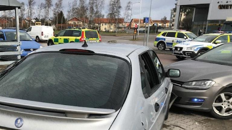 Två bilfronter har krockat. Ett blåljus syns. Polisbilar i bakgrunden.