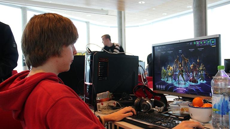 Oliver Glandberger spelar på datorn.