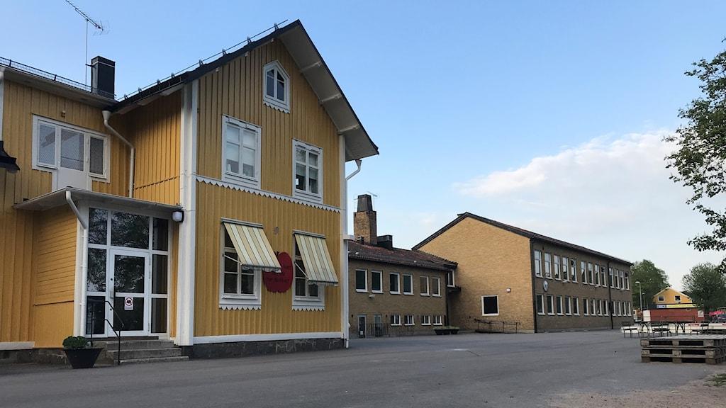 Kyrkskolan i Jämjö består av en träbyggnad från 1893 och en tegelbyggnad från 1953.