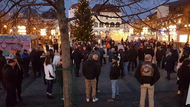 En stor folkmassa på torget i Ronneby.