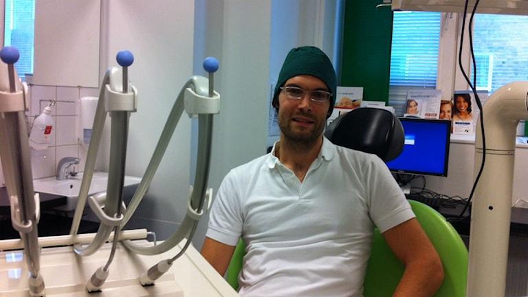 Tandläkare Stellan Bergert hjälper de värst tandvårdsrädda med terapi.  Foto  Joacim Müllo Sveriges Radio. 741f40ee92268