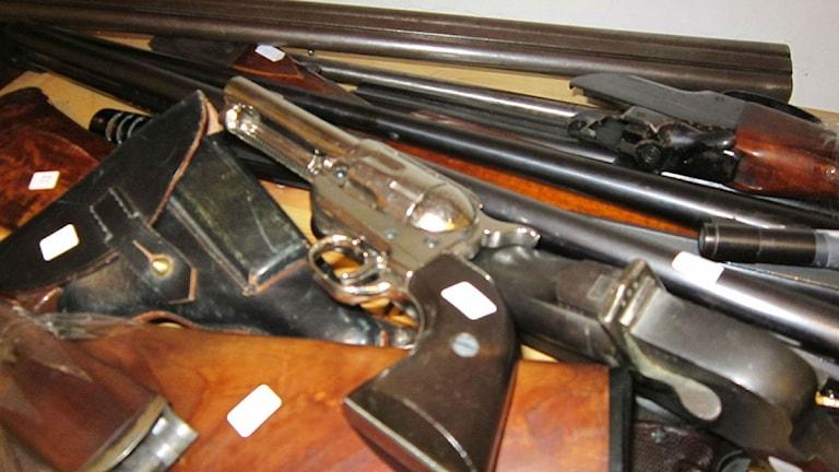 Det här är en del av de vapen som lämnats in till polisen. Det går att lämna in vapen på samtliga polisstationer i länet.