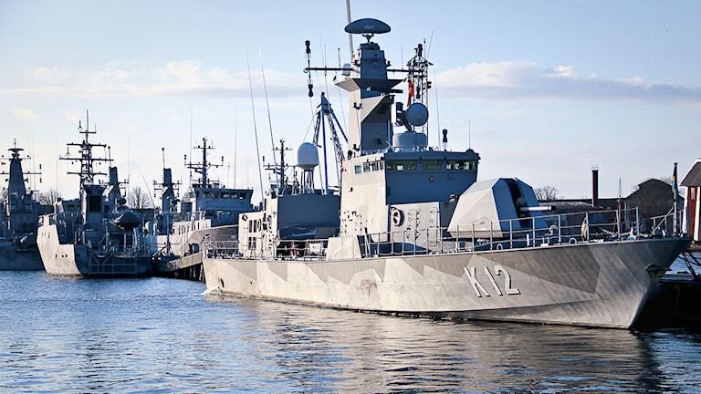 En stridsbåt ligger i hamnen. Foto: Peder Broberg/Sveriges Radio.
