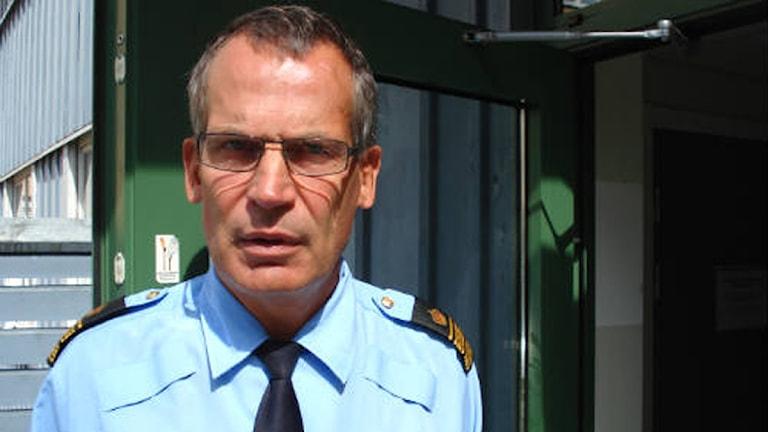 Anders Knutsson vid dörren in till polishuset i Karlskrona. Foto: Johan Nordström/Sveriges Radio.