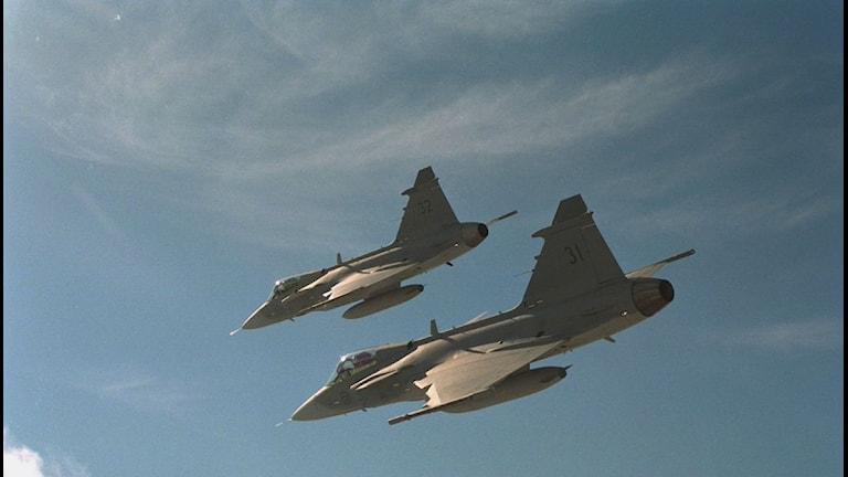 Två Jas-Gripen flyger intill varandra. Foto: Peter Modigh/Scanpix.