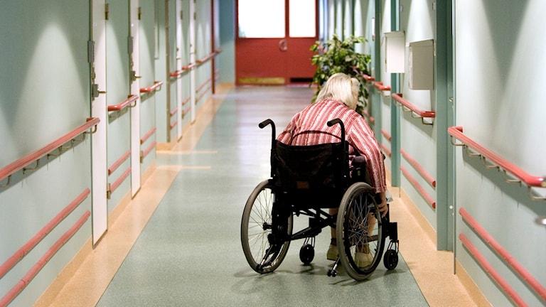 En gammal kvinna i rullstol.