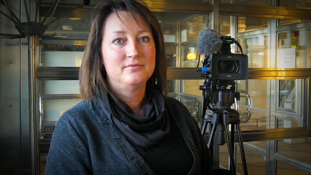 Chefsåklagare Pernilla Åström och en filmkamera i bakgrunden. Foto: Carina Melin/Sveriges Radio.