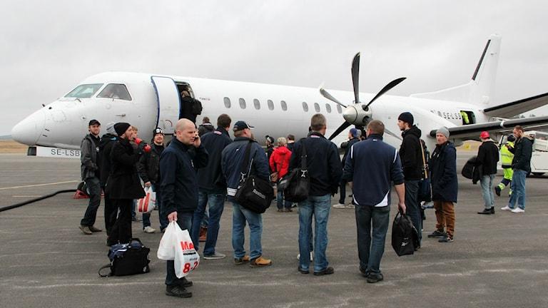passagerare stiger på ett flygplan på Ronneby Airport. Foto: Frank Luthardt/Sveriges Radio.