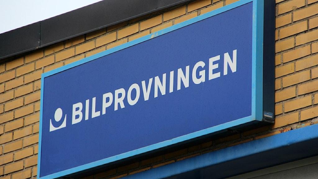 Bilprovningens logga på fasaden till stationen i Karlshamn. Foto: Frank Luthardt/Sveriges Radio.