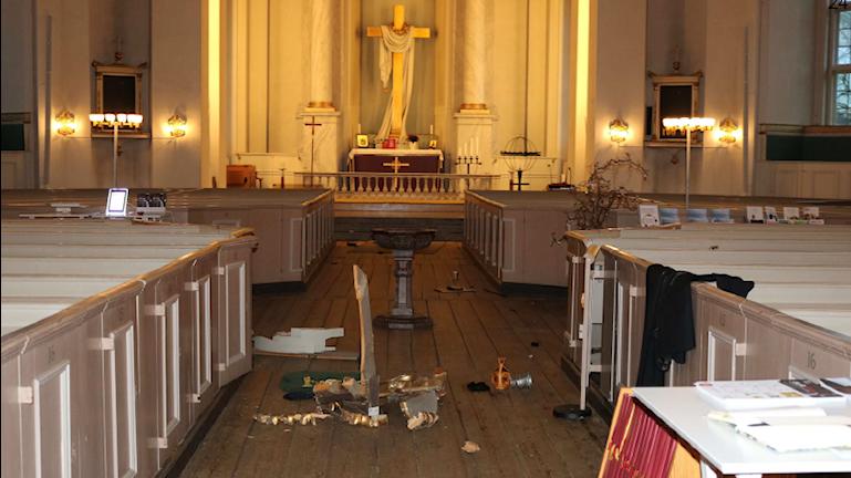 Trasiga saker ligger i altargången.