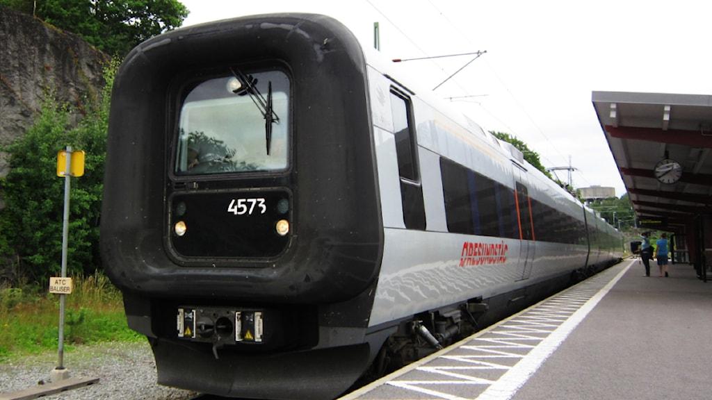 Ett öresundståg står på perrongen i Karlshamn och väntar på avgång.