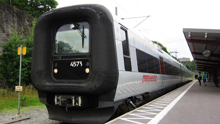 Ett Öresundståg står på Karlshamns station och väntar på avgång.