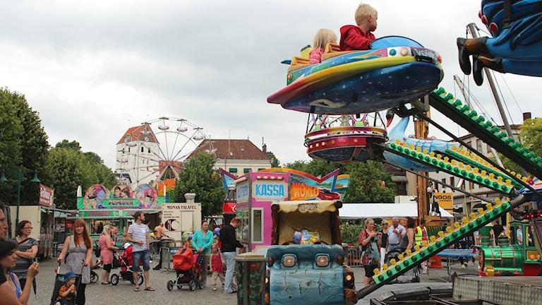 Karusseller, pariserhjul och olika matbodar står på torget i Ronneby under Tosia Bonnadan 2012. Foto: Frank Luthardt/Sveriges Radio.