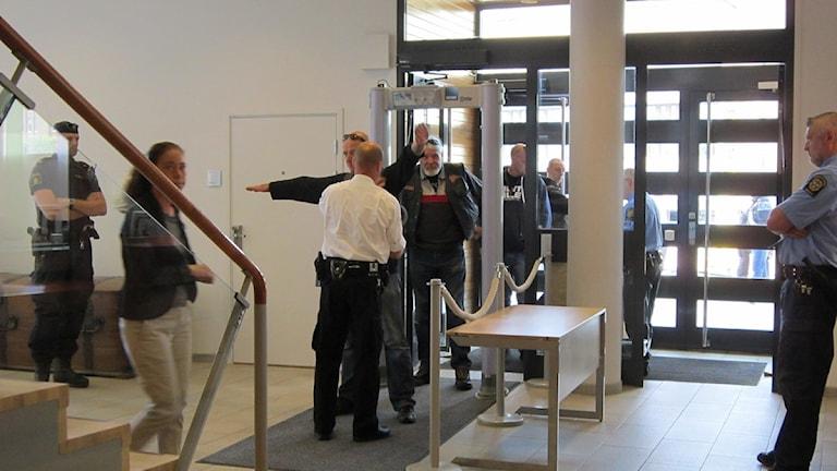 Besökare till rättegången visiteras av vakter. Foto: Tove Kluge.