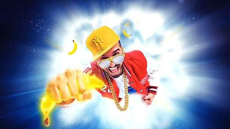 Artisten sean banan sedd uppifrån, hållandes i en banan.