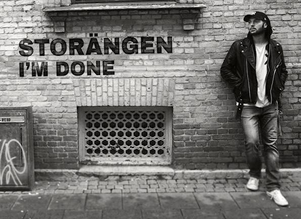 Artisten Storängen står vid en tegelvägg.