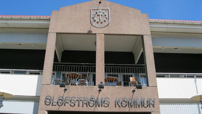 Solen lyser på fasaden till Olofströms kommunhus.
