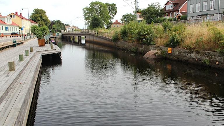 Ronnebyån i centrala Ronneby. På vänstersidan syns Strandgatan. Foto: Frank Luthardt/Sveriges Radio.