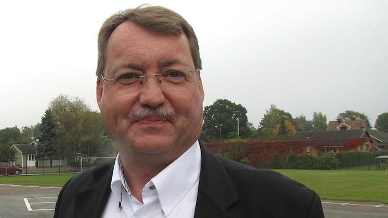 Lennart Förberg moderat ordförande i Ronneby på Listerbyskolans skolgård.