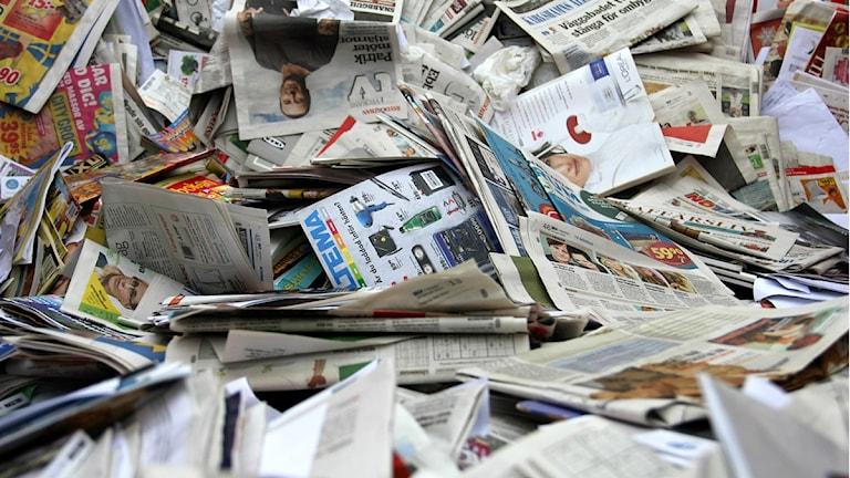 En stor mängd tidningar ligger i en återvinningscontainer. Foto: Frank Luthardt/Sveriges Radio.