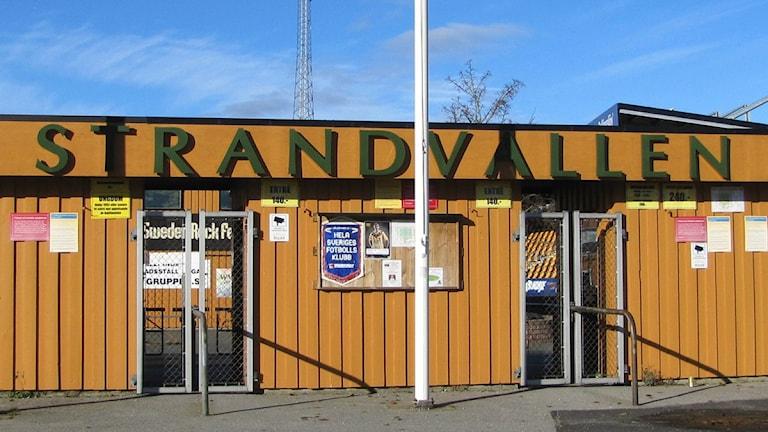 Entrén till Strandvallen, Mjällby AIF:s hemmaarena i Hällevik. Foto: Frank Luthardt/Sveriges Radio.