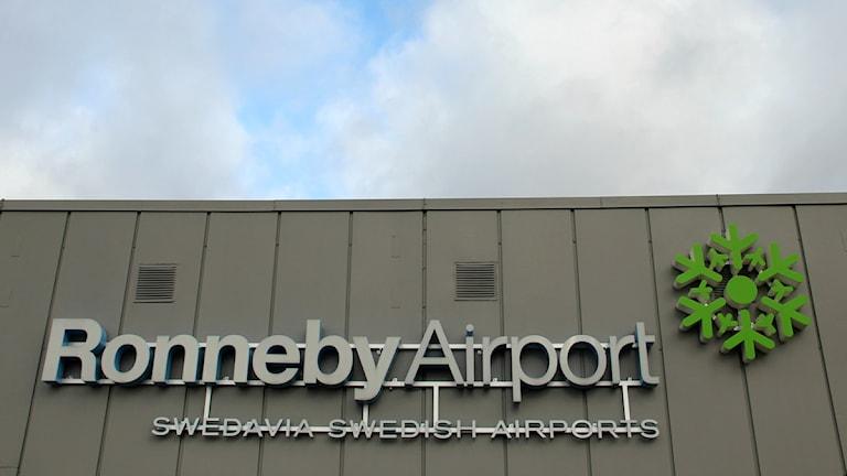 Ronneby Airports logga på väggen till terminalentrén. Foto: Frank Luthardt/Sveriges Radio.