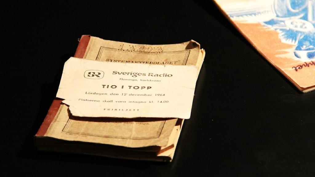 Ove Nordman har sparat sin biljett till tio i topp från 1964. Foto: Olof Peterson / Sveriges Radio