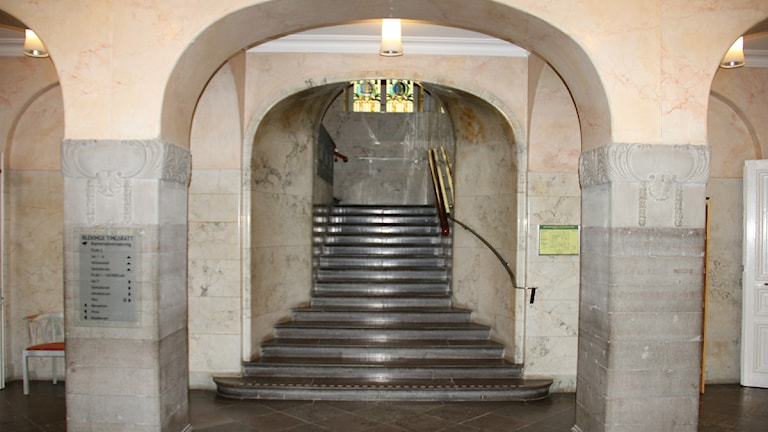 Tingsrättens foajé där en trappa i sten leder upp till byggandens andra våning. Foto: Mikael Eriksson/Sveriges Radio.