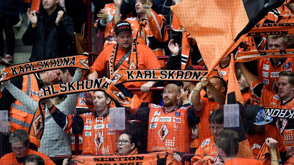 Fans som hejar på Karlskrona HK.