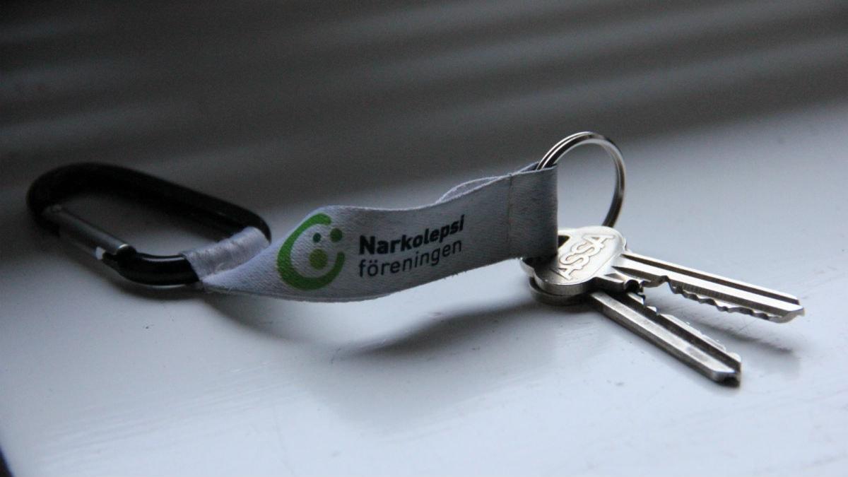 Närbild på två nycklar. På nyckelbandet står det Narkolepsiföreningen. Foto: Rebecka Gyllin/Sveriges Radio.