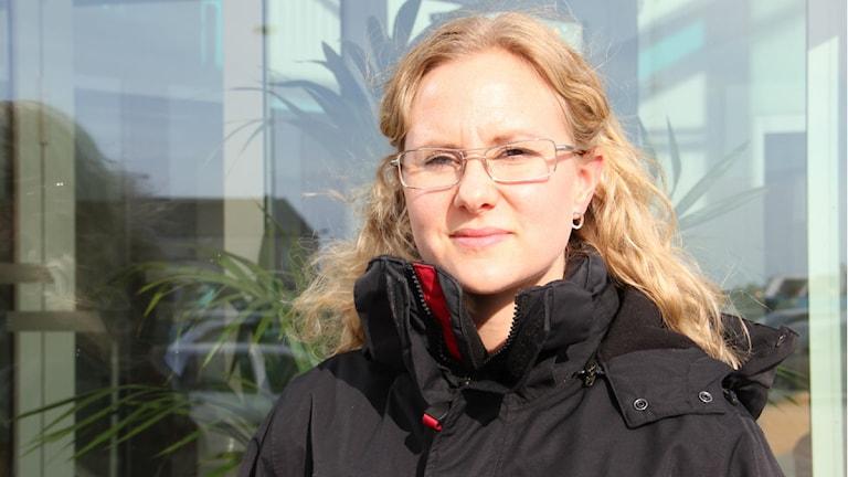 Närbild på en kvinna i svart jacka. Foto: Rebecka Gyllin/Sveriges Radio.