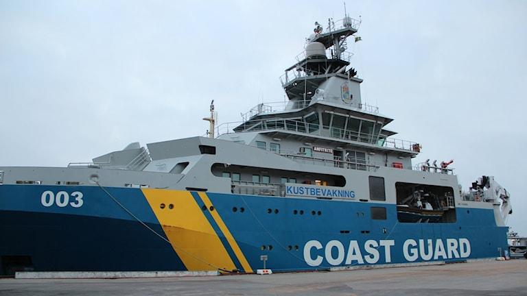 Kustbevakningens fartyg Amfitrite ligger vid kajen.