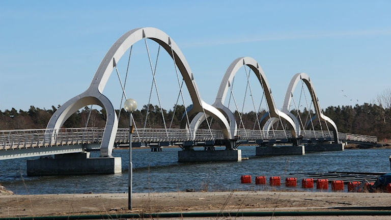 En gång- och cykelbro med tre bågar upp i luften. Foto: Rebecka Gyllin/Sveriges Radio.