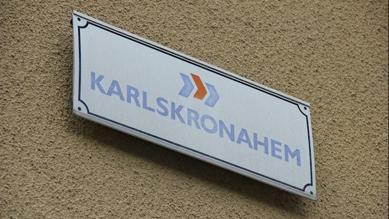 """Närbild på en skylt där det står """"Karlskronahem"""". Foto: Rebecka Gyllin/Sveriges Radio."""