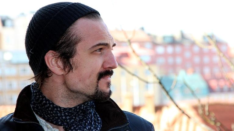 Adam Grahn, från bandet Royal Republic, tittar ut över Borgmästarekajen. Foto: Stina Linde/Sveriges Radio.