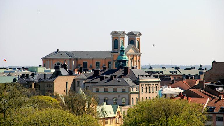 En utsiktsbild över Trossö där man ser Fredrikskyrkans torn sticka upp. Foto: Stina Linde/Sveriges Radio.