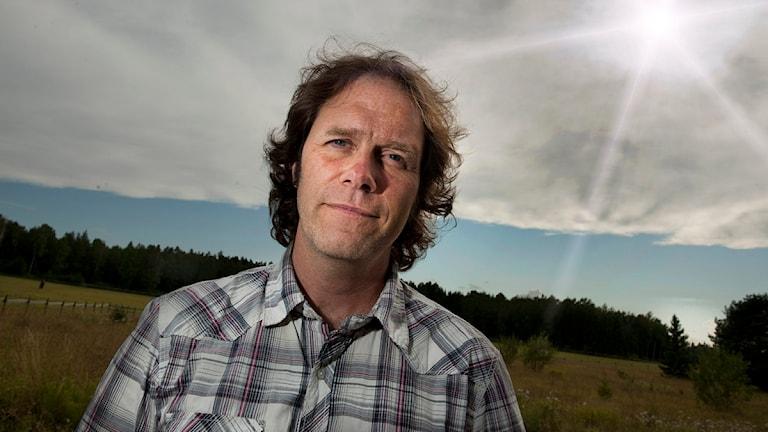 Meteorologen Pär Holmgren står på ett fält med solen i nacken. Foto: Scanpix.