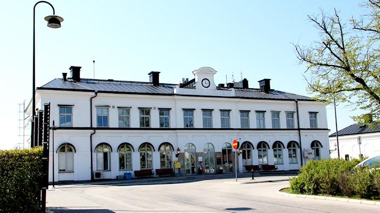 Tågstationens vita huvudbyggnad i Karlskrona. Foto: Stina Linde/Sveriges Radio.