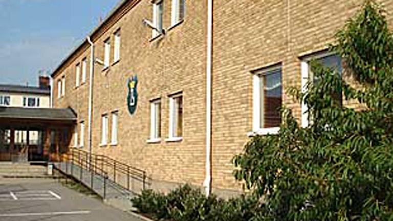 Fasaden på Lyckebyskolan, en tegelvägg. Foto: Mikael Eriksson/Sveriges Radio.