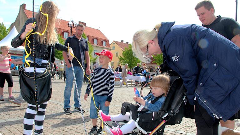 Vuxna och barn på stortorget i Sölvesborg.