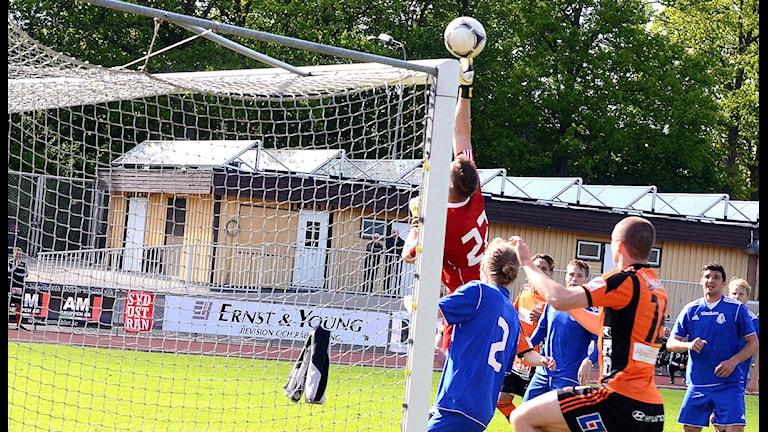 FK Karlskrona är här nära att kvittera i slutsekunderna till 1-1, men Kvarnbys målvakt Tonny Tindberg tippar bollen precis över krysset. Foto: Torbjörn Sunesson SR/Blekinge.