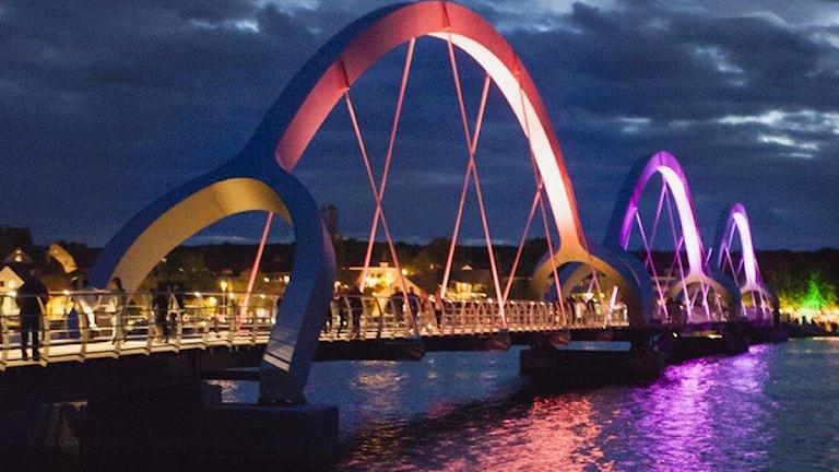 Sölvesborgsbron är upplyst av färglada lampor. Foto: Fotograf Serny