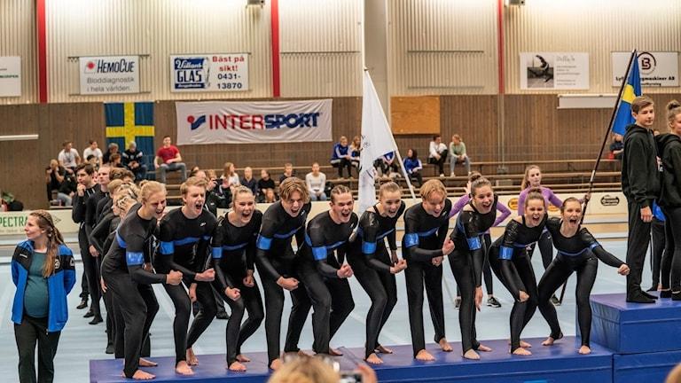 Tiomannalaget från Karlskrona gymnastikförening skriker ut sin glädje över JSM-silvret.
