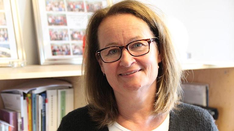 Birgitta Strelert. Brunt hår till axlarna och bruna glasögonbågar.