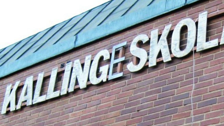 "Skylt med texten ""Kallingeskolan"". Foto: Sveriges Radio."