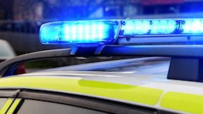 Polisen blåljus på taket på en polisbil.