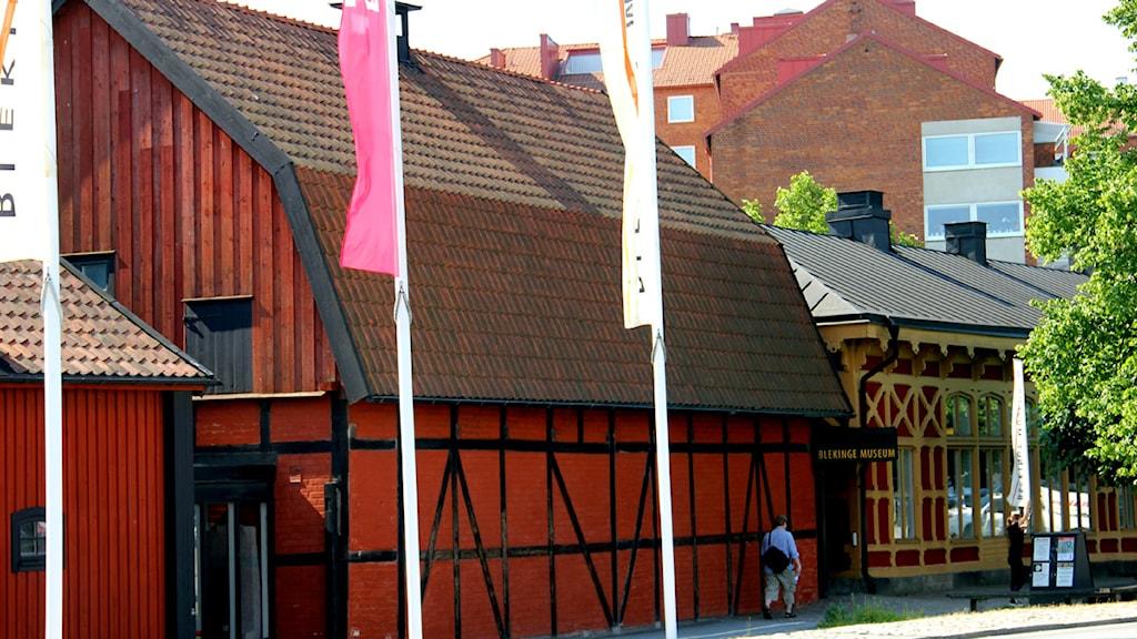 Fasaden på Blekinge Museums röda träbyggnad. Foto: Stina Linde/Sveriges Radio.