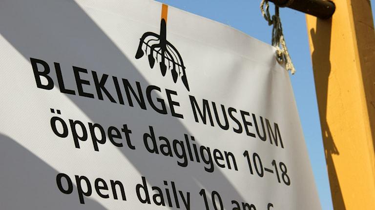 En skylt som talar om vilka öppettider Blekinge Museum har. Foto: Stina Linde/Sveriges Radio.
