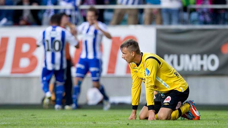 Jasmin Sudic sitter på knä i gräset i ett möte mellan Mjällby AIF och IFK Göteborg på Gamla Ullevi. Foto: Björn Larsson Rosvall/Scanpix.